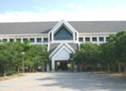 อาคารเรียนรวม อาคารสูง 4 ชั้น ประกอบด้วย ห้องเรียน ศูนย์คอมพิวเตอร์ ห้องปฏิบัติการภาษา ห้องปฏิบัติการคณะสัตวศาสตร์ ห้องทำงานอาจารย์ ห้องฝึกปฏิบัติการโรงแรม โรงอาหาร และภัตตาคาร Viridian