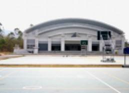 โรงพละ อาคารสูง 4 ชั้น ประกอบด้วย สนามบาสเกตบอล ( ด้านหน้าและด้านใน ) วอลเล่ย์บอล ตะกร้อ สโมสรนักศึกษา ห้องชมรมและจัดกิจกรรมนันทนาการ สนามเทนนิส ( ด้านนอกอาคาร )