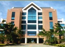 อาคารบริหาร อาคารสูง 4 ชั้น ประกอบด้วย ห้องทำงานผู้บริหารวิทยาเขตฯ สำนักงานวิทยาเขต สำนักงานคณะวิชา หัองปฏิบัติการคอมพิวเตอร์คณะวิชา ห้องประชุม หัองเรียน