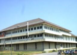 อาคารปฏิบัติการโบราณคดี อาคารสูง 3 ชั้น ประกอบด้วย ห้องแสดงนิทรรศการ ห้องปฏิบัติการค้นคว้าการเรียนการสอน การวิจัยทางโบราณคดี