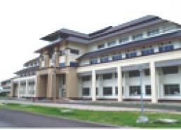 อาคารวิทยบริการ อาคารสูง 5 ชั้น ประกอบด้วย หอสมุด ห้องเรียน ห้องประชุมเอนกประสงค์ ร้านถ่ายเอกสาร ห้องปฏิบัติการคอมพิวเตอร์คณะวิชา